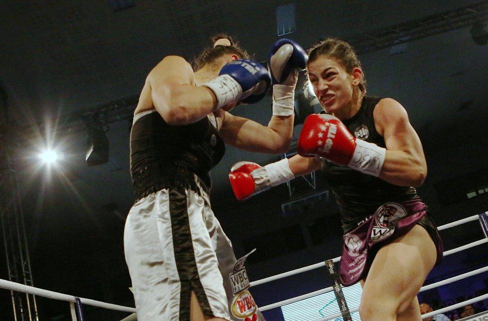 Do životní bitvy o profesionální titul WBC Silver World Championship se jako první pustila Děčínská mlátička Lucie Sedláčková. Ta díky mohutně podpoře fanoušků desetikolový boj s nebezpečnou Irmou Balijagičovou Adlerovou z Bosny a Hercegoviny po skvělém t