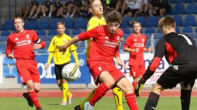 Z utkání o 5. místo mezi Liverpoolem (červení) a Drážďany.