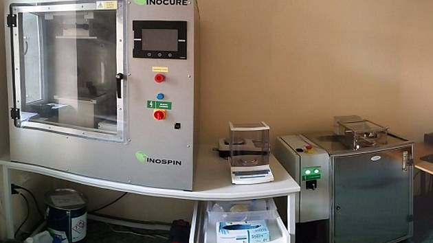 Nanovlákenná laboratoř na PřF UJEP  je vybavena  zvlákňujícím zařízením a testery vzdušné a kapalinové propustnosti.