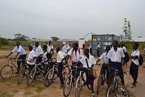 Kolo je v Africe naprosto zásadním dopravním prostředkem, a to i pro cestu do školy. Vedle chůze je zde doprava na jízdním kole jediným udržitelným způsobem pohybu.
