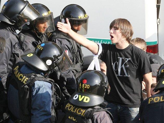 Čeští a němečtí policisté v Terezíně trénovali zásah při pochodu pravicových radikálů, který napadnou anarchisté.