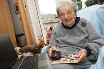 Helena Berková z Brné přijala od Ústeckého deníku gratulaci ke svým stým narozeninám a hned nám ukázala, jak si umí poradit s počítačem.