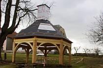 Náves obce bude znovu zdobit altán s věžičkou okolo studny.