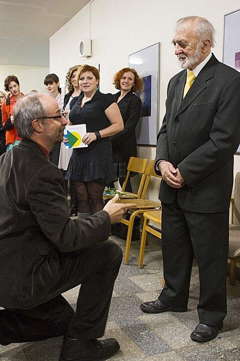 Oslavenec Jaroslav Brožek na vernisáži své výstavy v Galerii Koridor.