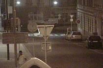 Tomáš B. před nástupem do vozidla taxislužby. Fotografie z kamerového systému města.