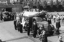 Pohřeb obětí na Mírovém náměstí.