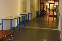 NAKOUPENÉ PONKY do dílen nechal ředitel školy dát na chodbu k tělocvičně, místo pro ně zatím není.