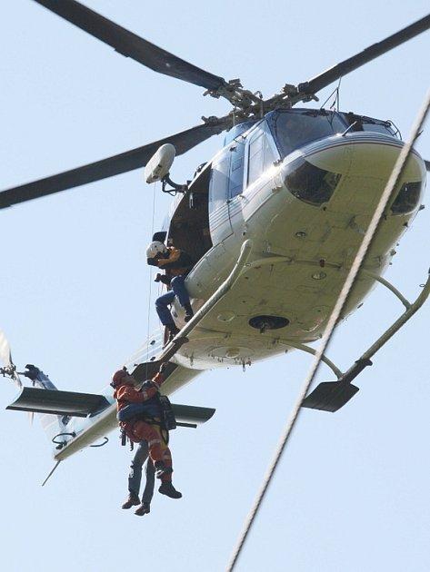 Na lanovce v Krupce cvičili hasiči z celého kraje záchranu lidí.