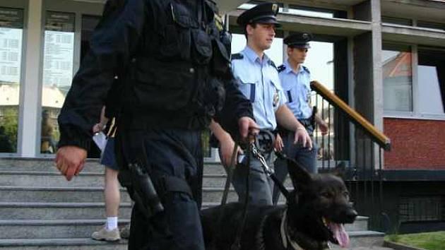 Policisté evakuují budovu obou soudů