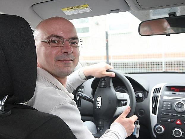 S instruktorem autoškoly Adamem Janoušem jsem usedl do automobilu a vydal se na kondiční jízdu. Přitom jsem zapomínal na blinkry, problémy měl s držením rukou na volantu a nedal přednost jednomu z vozidel.