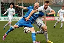 Ústečtí fotbalisté (modří) prohráli v Karviné 0:1.