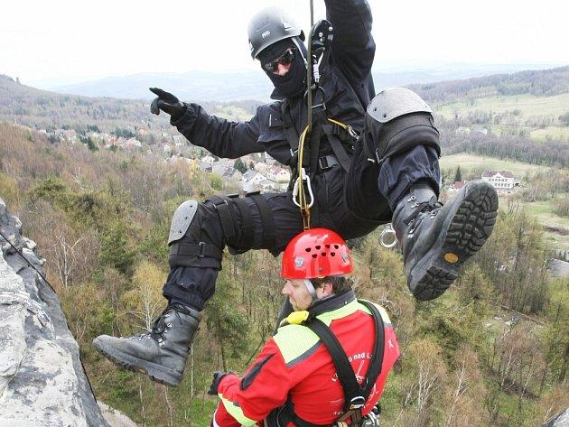 Záchranáři cvičili ve skalách v Tisé.