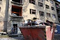 Jeden z domů mezi ulicemi Sklářská a Průmyslová jeho majitel opravuje. Nepořádku vynosili dělníci tolik, že se nevejde ani do přistaveného kontejneru. Budou zde nové byty. Nepořádek okolo ale zůstane, není na jeho pozemcích.