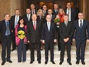 Premiér Bohuslav Sobotka byl na pracovní cestě v Ústeckém kraji letos v červenci. Snímek je z tiskové konference v Mostě s hejtmanem Oldřichem Bubeníčkem a  předsedou Hospodářské a sociální rady Ústeckého kraje Richardem Falbrem.