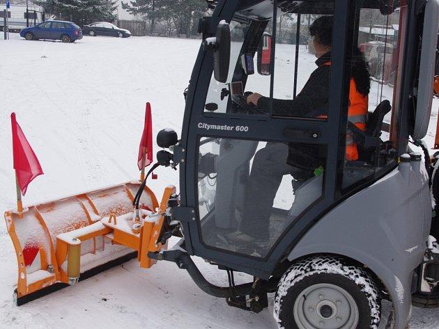 V Dubicích na Ústecku uklízí sníh Marcela Bambulová s malým pluhem a sypačem.