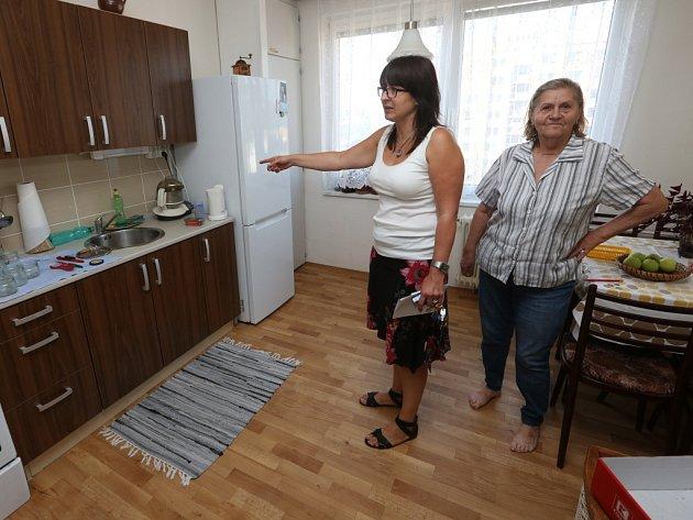 Senioři dostali do obecních bytů nové kuchyňské linky.