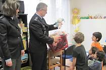 Policejní Ježíšek naděloval v Klokánku a  na Dětské klinice Masarykovy nemocnice.