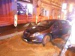 Nepozornost se řidiči nevyplatila. Utopil auto v čerstvém betonu