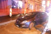 Řidič vjel do čerstvé betonové směsi.