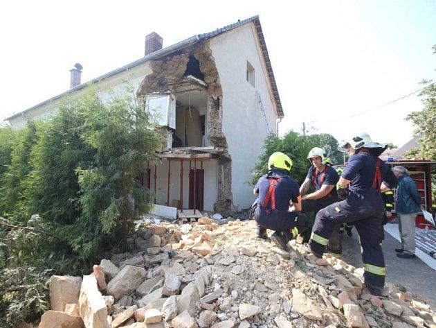 Část domu popraskala a zhroutila se během stavebních prací ve Svádově.