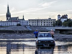 Terénní vůz v korytu Labe v Ústí nad Labem.