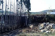 Požár pergoly, stromů a travního porostu v Libouchci.