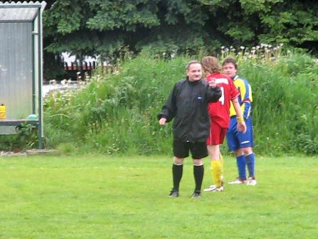Fotbalový rozhodčí Kopecký při hádce s divákem