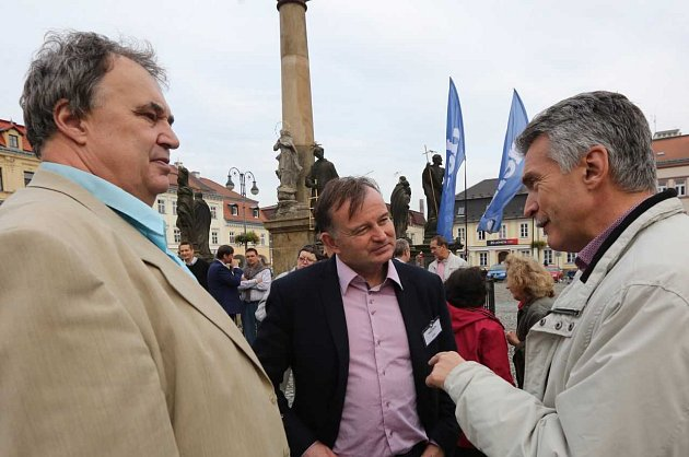 Volební lídři se na Lužickém náměstí vRumburku ocitli vpalbě otázek.
