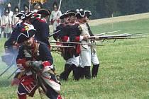 Nakonec o výsledku bitvy vždy rozhodla pěchota. V popředí je ta pruská. V pozadí granátníci Habsburků.