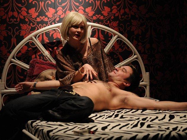 """Tereza Hofová (jako Monika Gold, TV moderátorka) a Kryštof Rímský (Kristián Polabský, ústecký písničkář) v jedné ze scén industriální komedie Petra Kolečka """"Bohové hokej nehrají"""". Premiéru měla v roce 2008."""