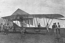 Schichtův závod vyhrál pilot Viktor Wittmann, na snímku při mezipřistání v Terezíně.