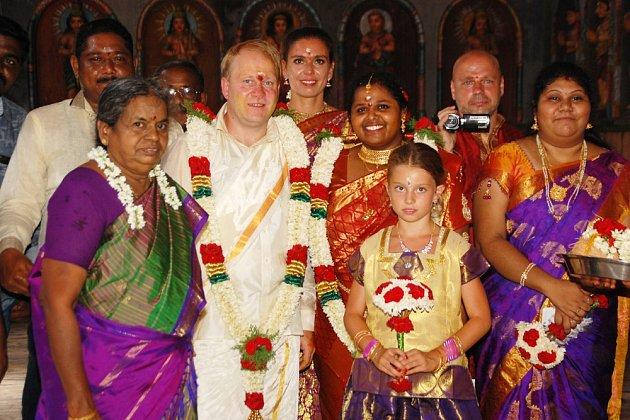 Svatby vIndii mívají až 500hostů. Rosenkrancovi se však spokojili súčastí 25příbuzných.