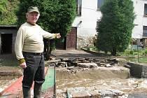 Lidé v Byňově se dali v neděli od ranních hodin do odklízení škod po vydatném dešti, který rozvodnil Homolský potok na Velkobřezensku.
