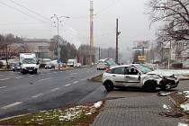 Srážka osobního automobilu a dodávky v ulici Sociální Péče na Severní Terase v Ústí