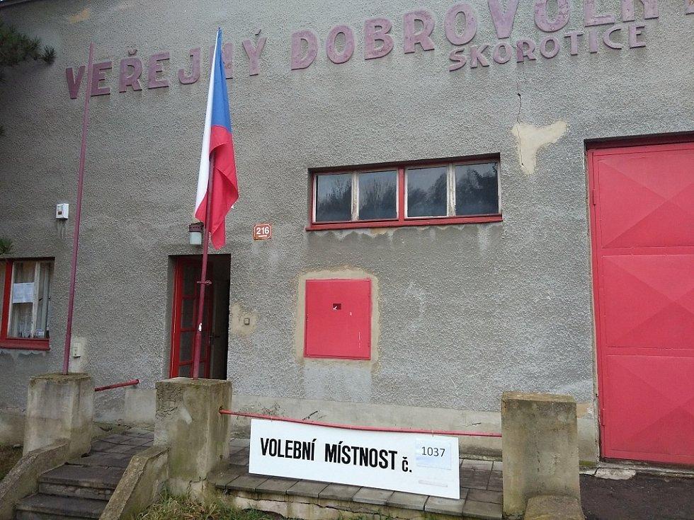 První okamžiky prezidentských voleb v hasičské zbrojnici ve Skoroticích v Ústí nad Labem