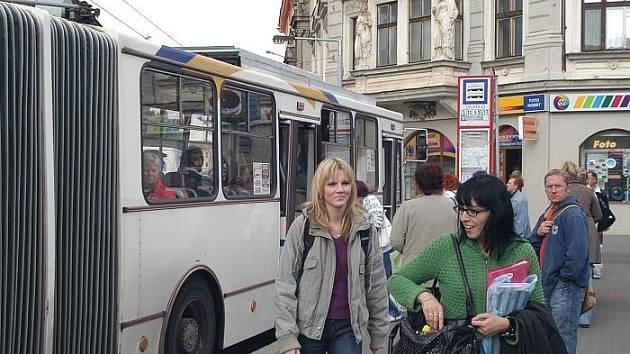 Zastávka MHD na Lidickém náměstí.
