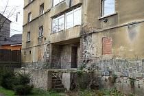 Dům v krásnobřezenské ulici 1. máje chce město koupit i s pozemkem za cenu přesahující čtyři miliony korun. Opozice má výhrady k jeho stavu a domnívá se, že radní měli ještě jednat o ceně. Archivní foto