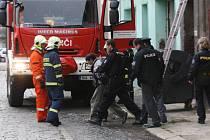 Policisté a hasiči ve čtvrtek dopoledne zasahovali v jednom z opuštěných domů v ulici U České besedy, kam se i s lupem schoval mladý zloděj.