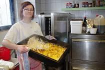 Kuchařka Ivana Derynková ukazuje pekáč plný kuřete na smetaně.