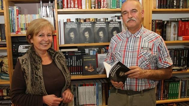 Vladimír Pospíchal s Evou Podlogarovou v jejím duchcovském knihkupectví.