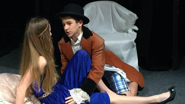 Mladí divadelníci zvou do mosteckého Divadla rozmanitostí v sobotu 31. května na premiéru hry Ze života hmyzu.