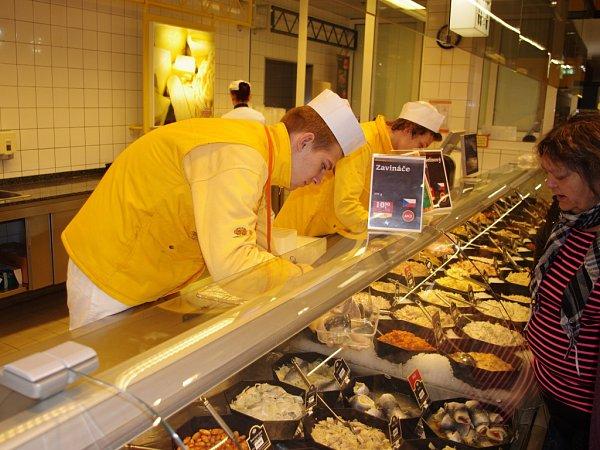 ODBORNOU PRAXI vykonávají žáci Střední školy obchodu, řemesel a služeb vprovozech hypermarketu Globus vTrmicích.