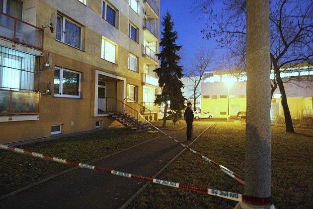 Mladík je zraněný po pádu ze 7. patra panelového domu