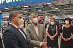 Na otevření očkovacího centra v ústeckém Foru se přišli podívat i představitelé české vlády v čele s premiérem Andrejem Babišem a také hejtman Jan Schiller