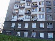 Smutný pohled na dům s obchůdkem se zabedněnými dveřmi a okny