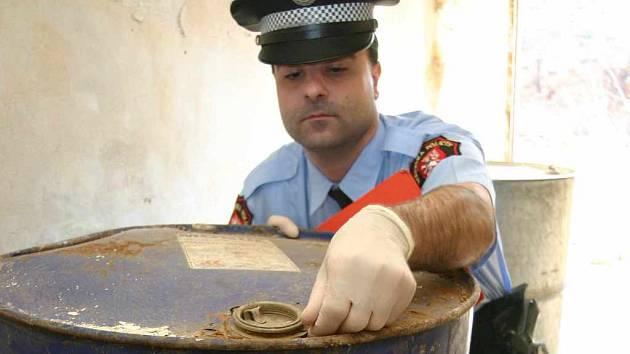 Strážník kontroluje barel s kyselinou