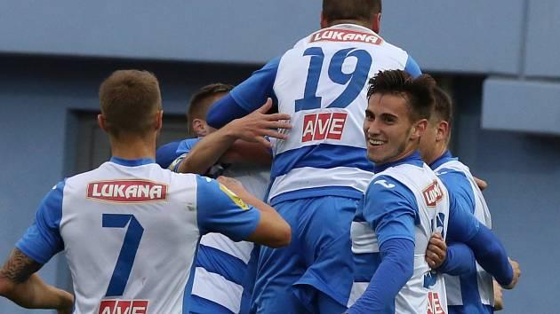 Ústečtí fotbalisté (pruhovaní) doma porazili Žižkov 3:1.