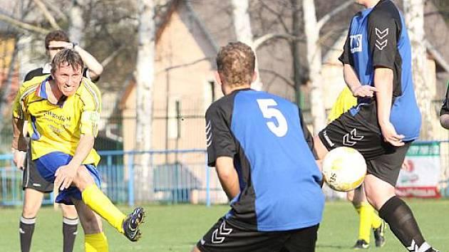 Fotbalisté mojžířské rezervy (žluto-modří) v domácím prostředí vybojovali cenné vítězství nad Tisou (1:0)