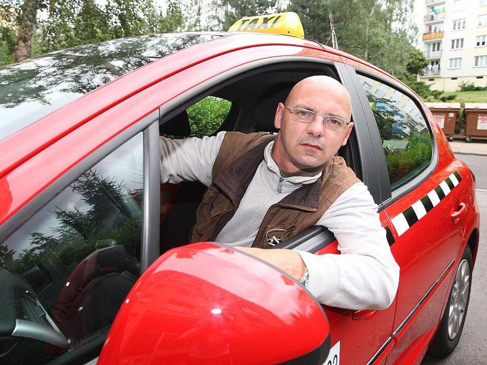V Ústí nad Labem jsem na jeden den jezdil červeným peugeotem s taxíkářem Michalem Račákem, který mě zasvětil do aktuální problematiky místních taxíkářů...