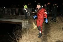 Hasiči a policisté při hledání devítiletého chlapce, který spadl do Bíliny.
